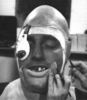 Séance de maquillage pour John Matuszak.